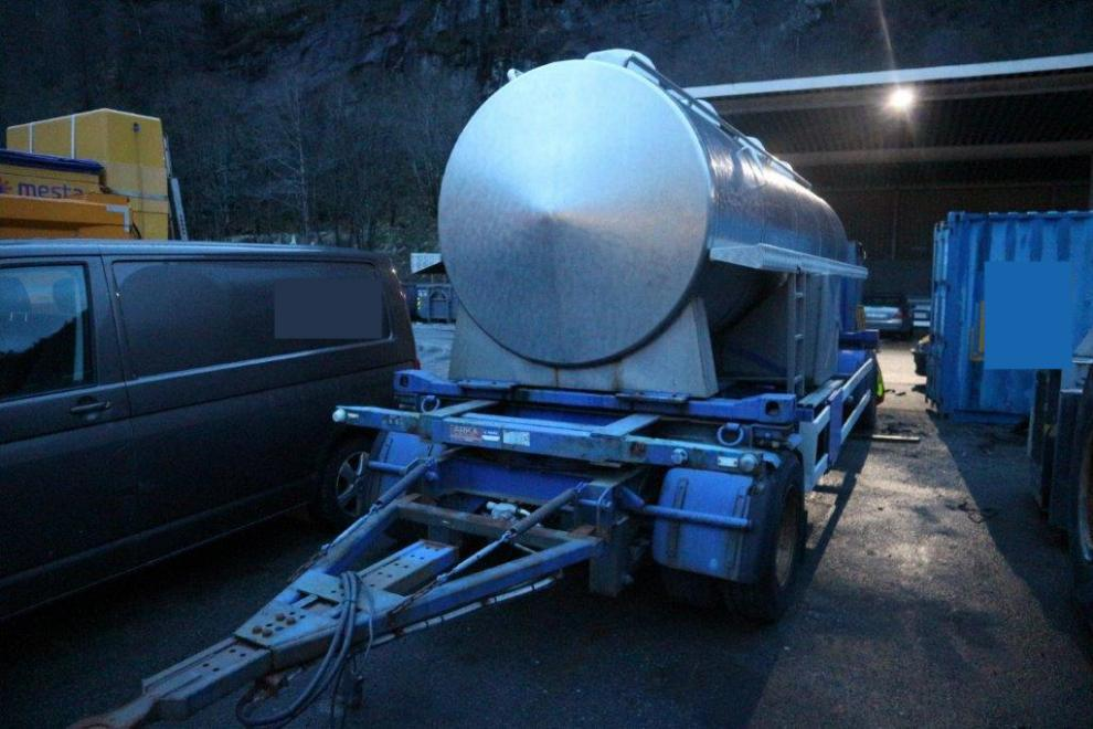 Tank trailer with stainless steel tank